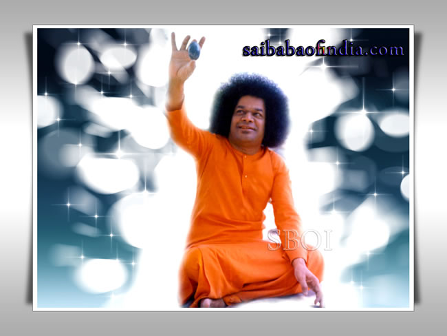 sri-sathya-sai-baba-showing-lingam-with-his-hand-in-the-air